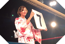 Round girl in boxing wearing a yukata